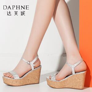 Daphne/达芙妮夏季女鞋亮面格利特坡跟鞋圆头女凉鞋-