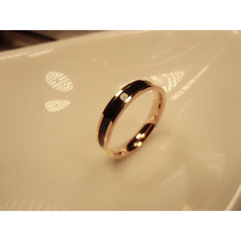 时尚玫瑰金钛钢窄版黑白陶瓷戒指 520礼物 男女欧美情侣指环对戒尾戒食指 发货周期:一般在付款后2-90天左右发货,具体发货时间请以与客服协商的时间为准