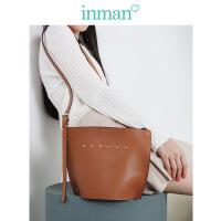茵曼新款时尚个性斜挎单肩英伦风铆钉百搭水桶包女包