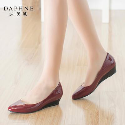 Daphne/达芙妮尖头时尚舒适浅口坡跟纯色漆皮亮面通勤女单鞋