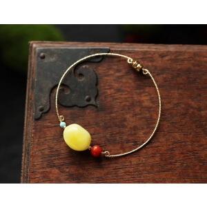 天然蜜蜡手镯精致精美,方便佩戴,上手非常美。搭配天然南红、天然原矿绿松石