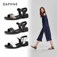 Daphne/达芙妮2018夏季新款一字扣铆钉纯色中性时尚休闲凉鞋