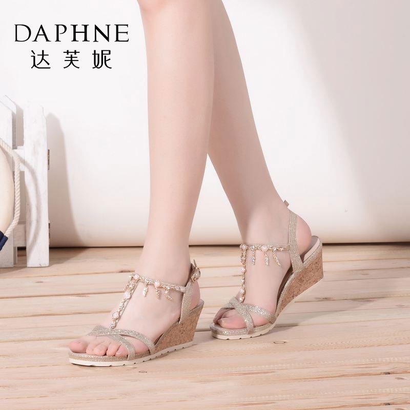 Daphne/达芙妮女鞋夏季时尚水钻珍珠流苏坡跟女凉鞋