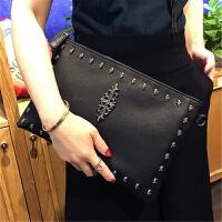 女士铆钉手拿包新款大容量信封包个性手挽包潮女单肩斜跨包包 黑色