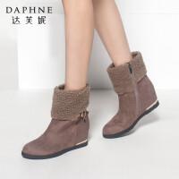 Daphne/达芙妮秋冬季女靴时尚舒适内增高毛绒翻领靴口扣带棉靴短靴女平底