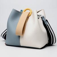 新款真皮女包水桶包包欧美时尚手提包单肩斜挎包一件 蓝配白