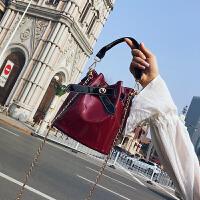 七夕礼物小包包女2018新款个性链条手提亮面水桶包单肩斜挎漆皮包 红色