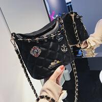 包包女2018新款时尚徽章菱格链条包潮酷chic斜挎单肩水桶包