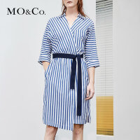 MOCO夏季新品V领腰带收腰条纹连衣裙MT182DRS104 摩安珂
