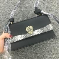 泰国潮牌 珍珠钻石爱心扣 撞色翻盖斜跨女包 2018新款 黑色