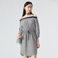 太平鸟一字肩连衣裙女2020春季新款黑白格纹收腰连衣裙A1FA92590