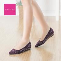 Daphne/达芙妮 女鞋 尖头铆钉布面单鞋坡跟套脚休闲鞋