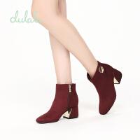 【达芙妮年货节】鞋柜 冬款杜拉拉时尚舒适方跟金属装饰短靴