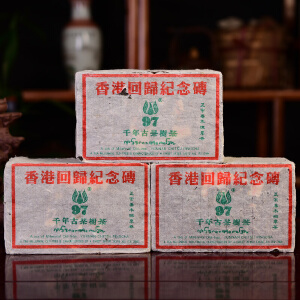 【两片一起拍】凤临97年-香港回归纪念砖-千年古树茶-班章古树生砖茶550克/片