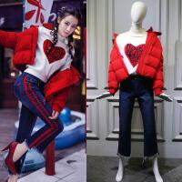 冬季街拍迪丽热巴明星同款红色短款羽绒蓝色牛仔裤爱心毛衣女