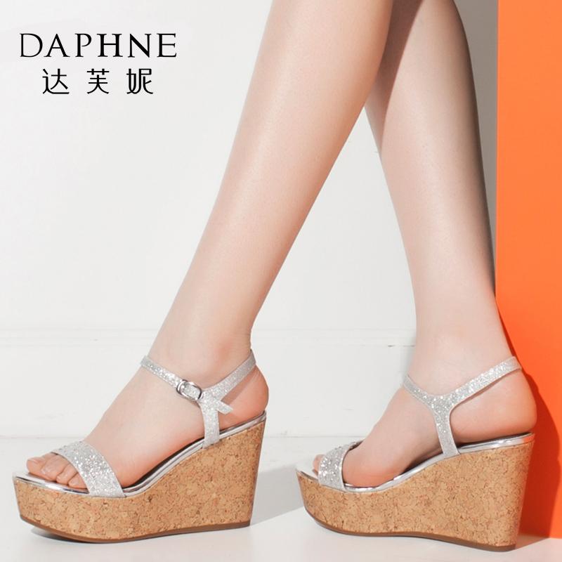 Daphne/达芙妮夏时尚水钻厚底坡跟鞋搭扣露趾凉鞋