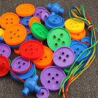 儿童塑料拼装大号纽扣积木1-3-6岁宝宝幼儿园穿线玩具颜色配对