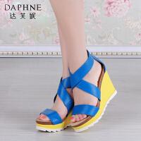 Daphne/达芙妮夏季女鞋 撞色一字型后包跟露趾坡跟凉鞋