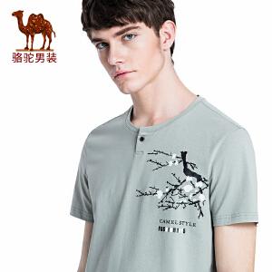 骆驼男装 2018年夏季新款男青年休闲T恤 时尚门筒领印花短袖上衣