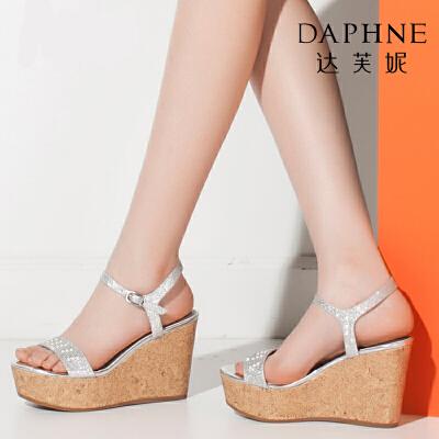 Daphne/达芙妮夏季女鞋亮面格利特坡跟鞋圆头女凉鞋