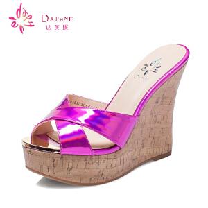 Daphne/达芙妮15年夏女鞋正品 超高坡跟亮面防水台凉鞋1015303044