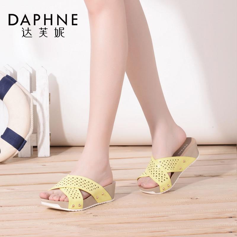 Daphne/达芙妮夏季凉鞋时尚一字型坡跟铆钉女凉拖鞋
