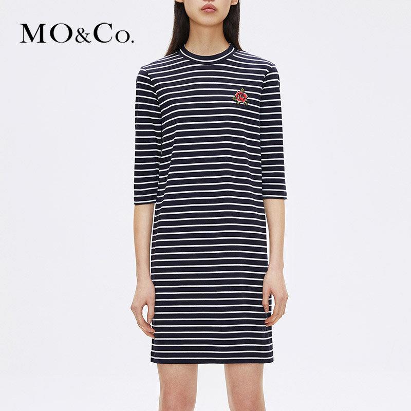 MOCO纯棉条纹圆领露背打底套头连衣裙MA173DRS208摩安珂 满399包邮 个性刺绣装饰 V字露背设计