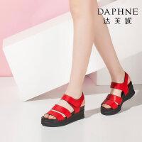 Daphne/达芙妮休闲露趾侧空厚底坡跟凉鞋女