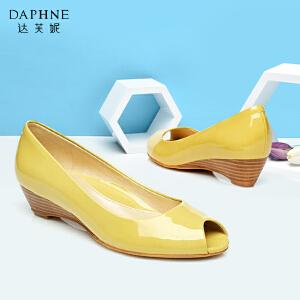 达芙妮/杜拉拉 女鞋 时尚漆皮坡跟亮面鱼嘴鞋通勤浅口单鞋