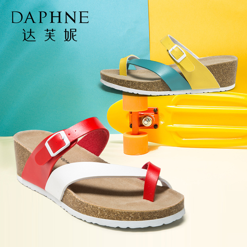 Daphne/达芙妮夏季拼色厚底坡跟夹趾女凉拖鞋