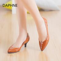 Daphne/达芙妮舒适潮流女鞋 尖头纯色漆皮浅口套脚单鞋