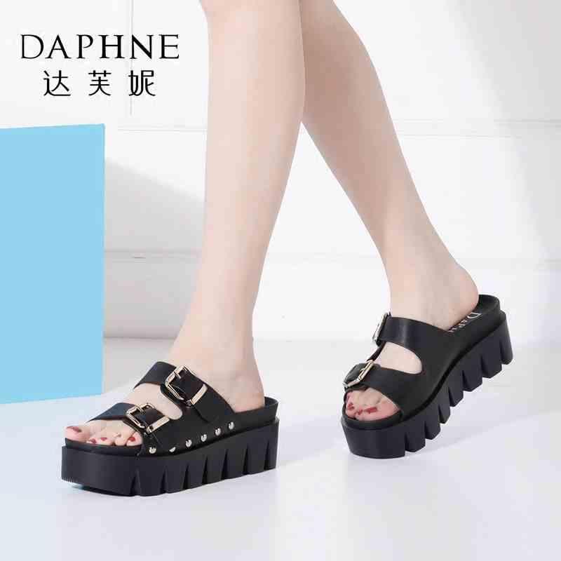 Daphne/达芙妮女鞋夏季厚底松糕街头锯齿铆钉搭扣凉拖