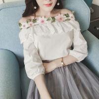 春夏新款女装甜美气质花朵一字领露肩上衣女七分袖显瘦花边白衬衫