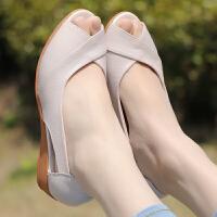 妈妈凉鞋女士夏季真皮软底舒适中老年鱼嘴鞋坡跟中跟平底中年凉鞋