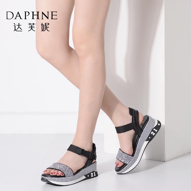 Daphne/达芙妮夏季女鞋时尚亮面厚底坡跟增高平底凉鞋
