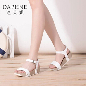 Daphne/达芙妮女鞋夏季坡跟凉鞋 一字面拼接金属扣潮女凉鞋-
